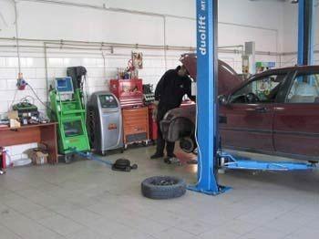 mechanik pracujący przy samochodzie