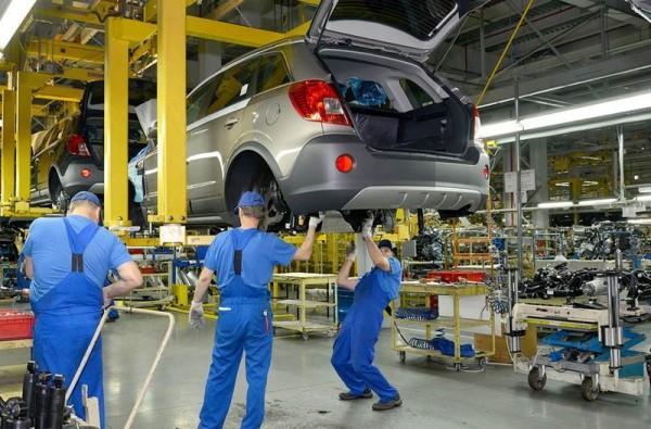 mężczyźni pracujący przy montażu samochodu